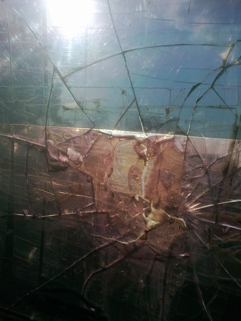 Retakan kaca di angkot